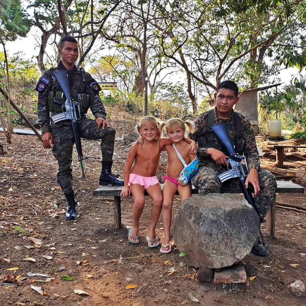 salvador gyerekkel katonák